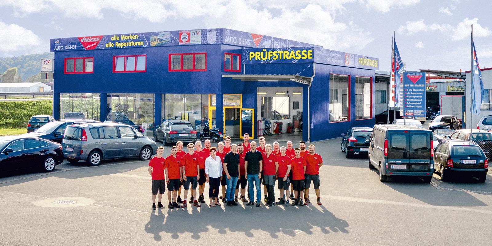 Autodienst Windisch Berndorf Team vor dem Gebäude